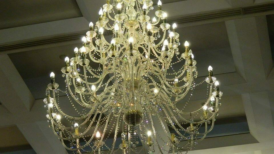 cuci-lampu-kristal-hari-kelima-andrawina-ballroom-gedung-antam-18