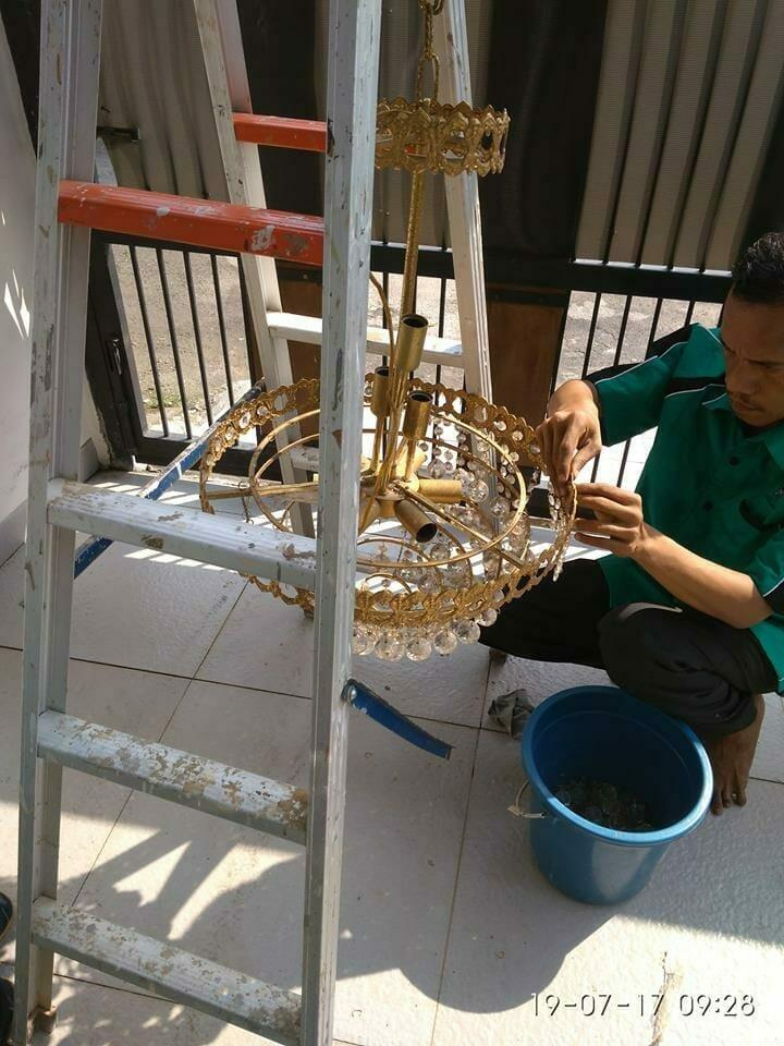 cuci-lampu-kristal-ibu-annie-05