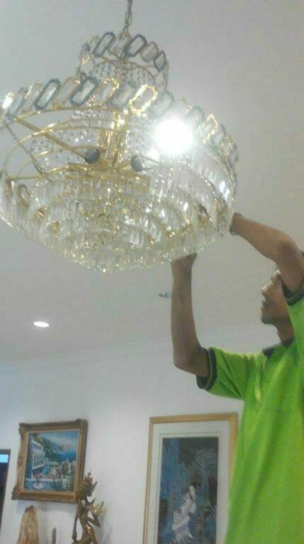 cuci-lampu-kristal-ibu-lusi-01