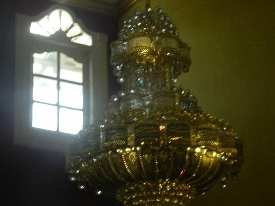 cuci-lampu-kristal-ibu-HJ-Aliyah-02
