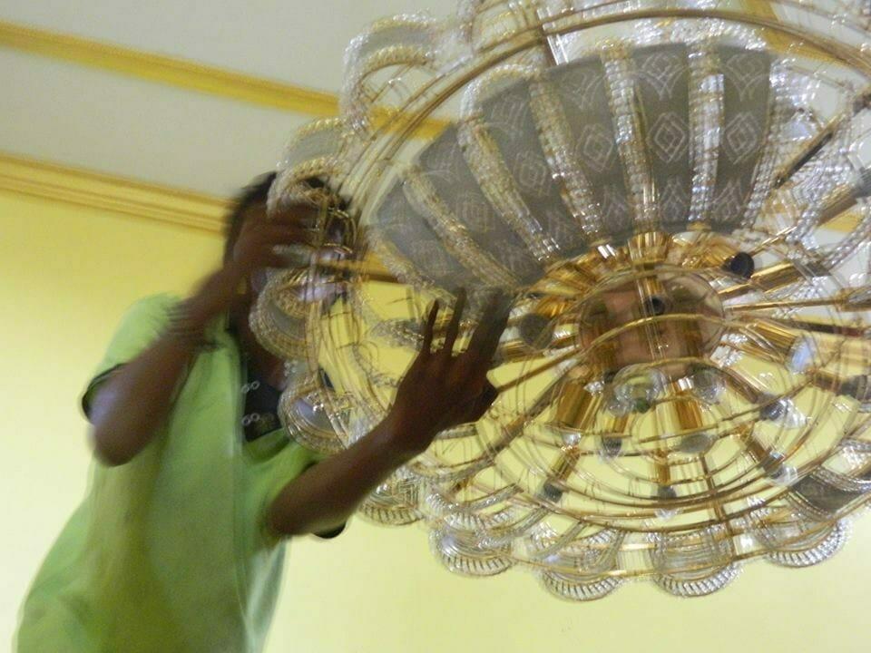 cuci-lampu-kristal-ibu-HJ-Aliyah-03