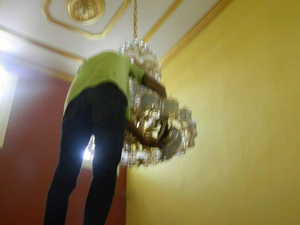 cuci-lampu-kristal-ibu-HJ-Aliyah-04