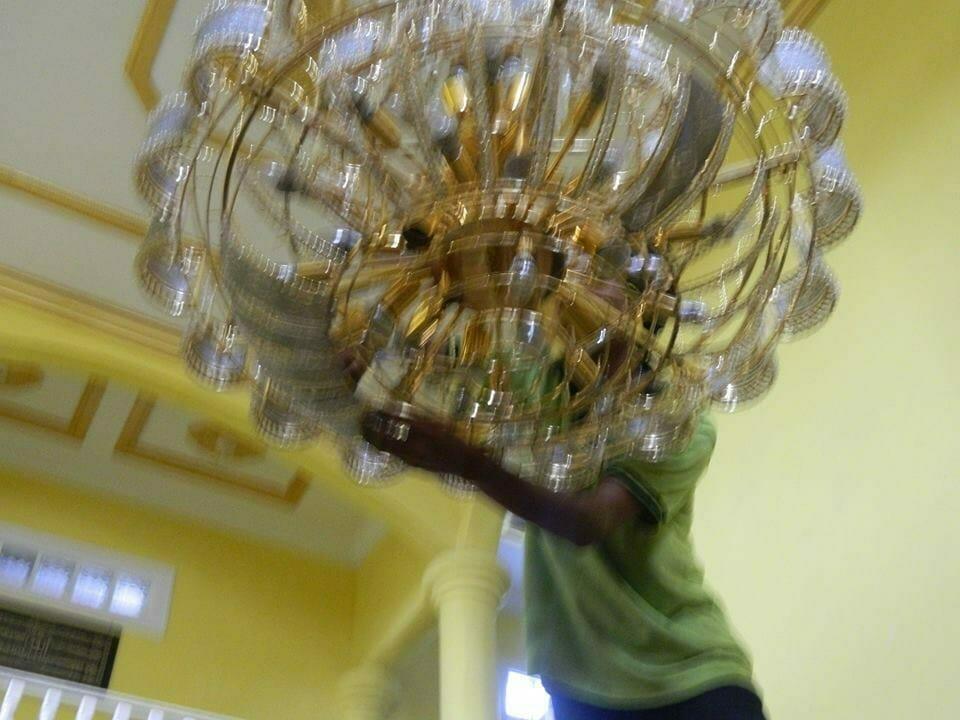 cuci-lampu-kristal-ibu-HJ-Aliyah-05