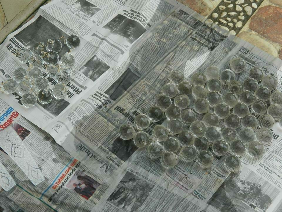 cuci-lampu-kristal-ibu-HJ-Aliyah-10
