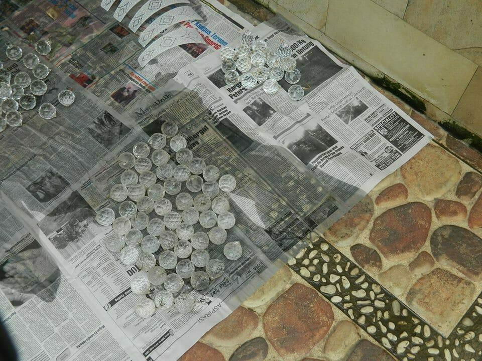 cuci-lampu-kristal-ibu-HJ-Aliyah-11