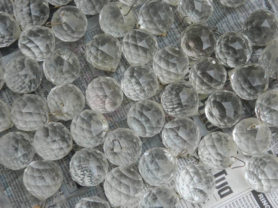 cuci-lampu-kristal-ibu-HJ-Aliyah-12