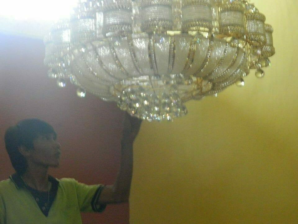 cuci-lampu-kristal-ibu-HJ-Aliyah-14