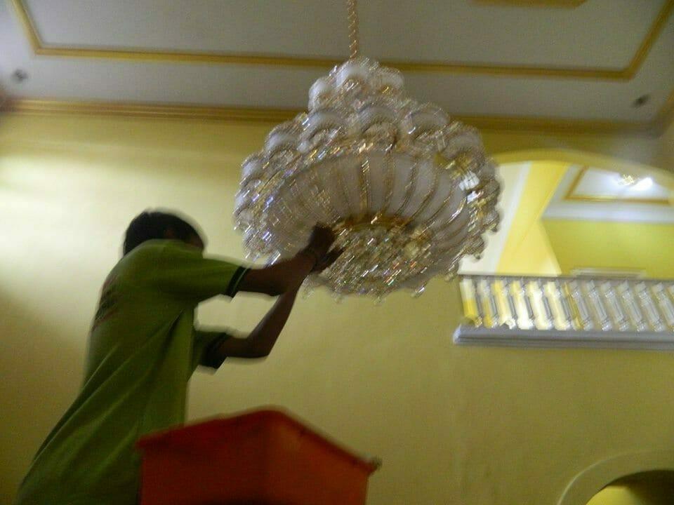 cuci-lampu-kristal-ibu-HJ-Aliyah-15