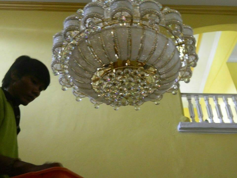 cuci-lampu-kristal-ibu-HJ-Aliyah-16
