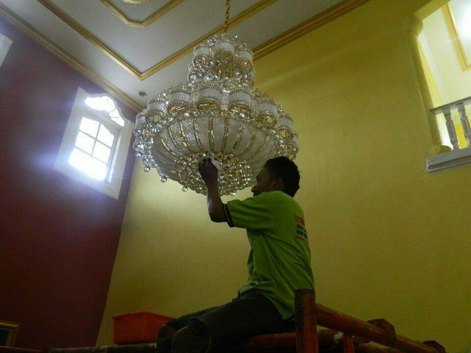 cuci-lampu-kristal-ibu-HJ-Aliyah-17