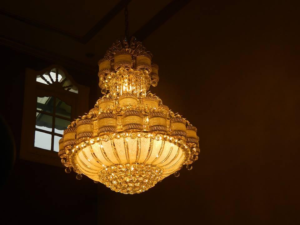 cuci-lampu-kristal-ibu-HJ-Aliyah-22