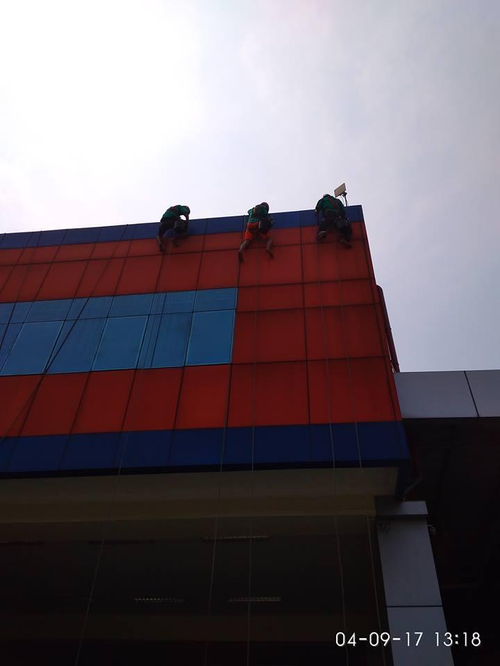 cuci-alucobond-gedung-dan-kaca-gedung-grakindo-09