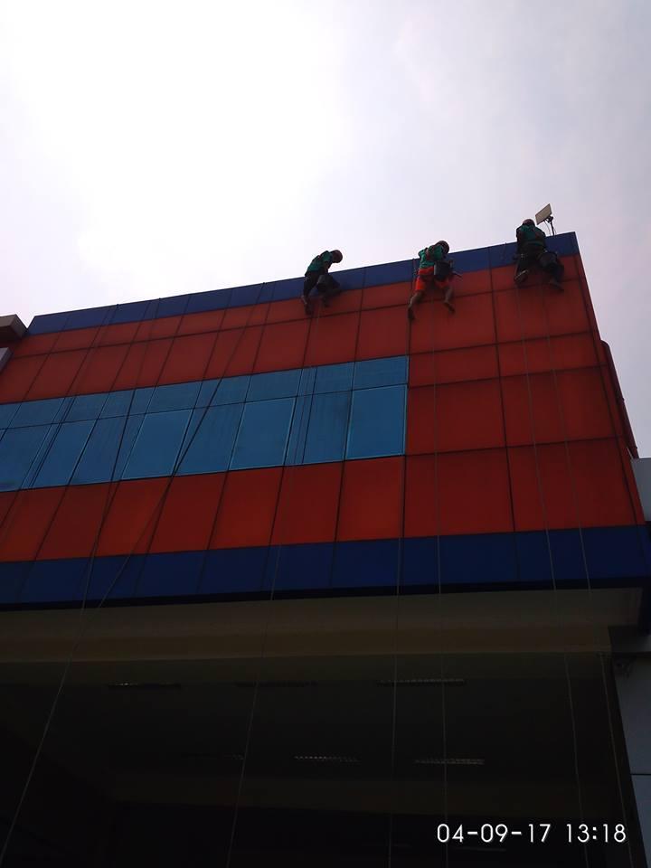 cuci-alucobond-gedung-dan-kaca-gedung-grakindo-10