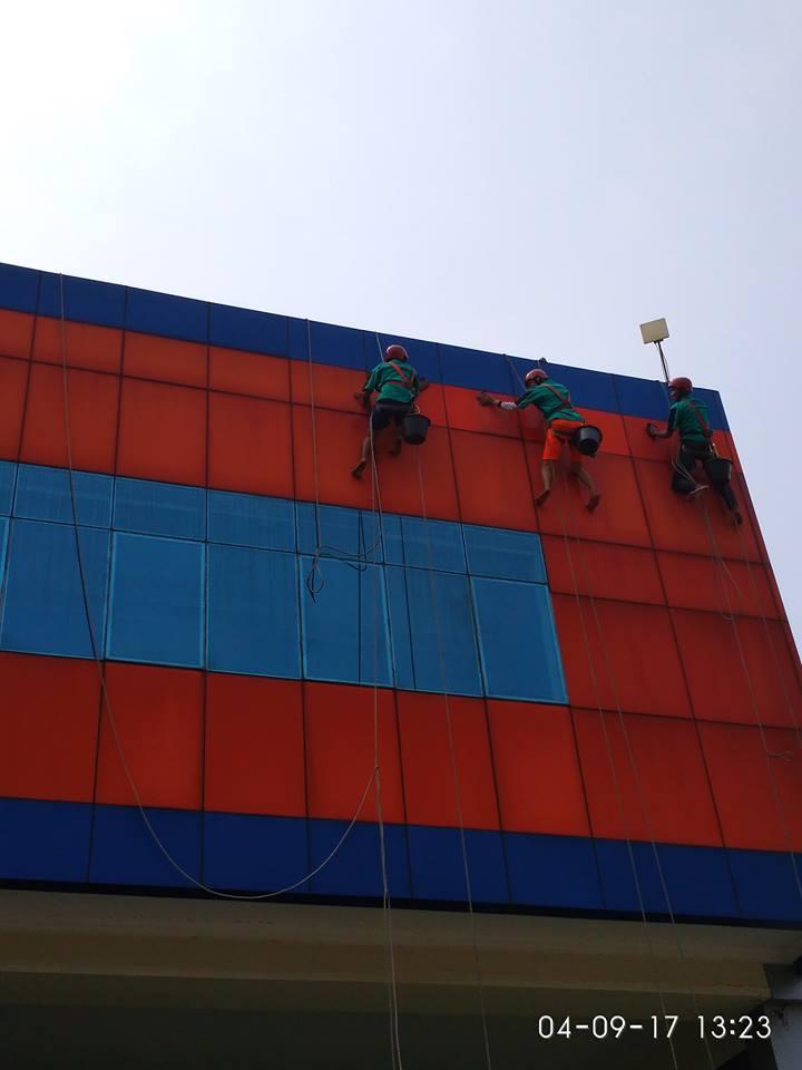 cuci-alucobond-gedung-dan-kaca-gedung-grakindo-11