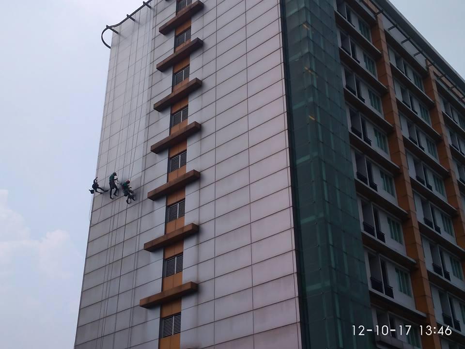 cuci-kaca-gedung-adhyaksa-loka-01-002