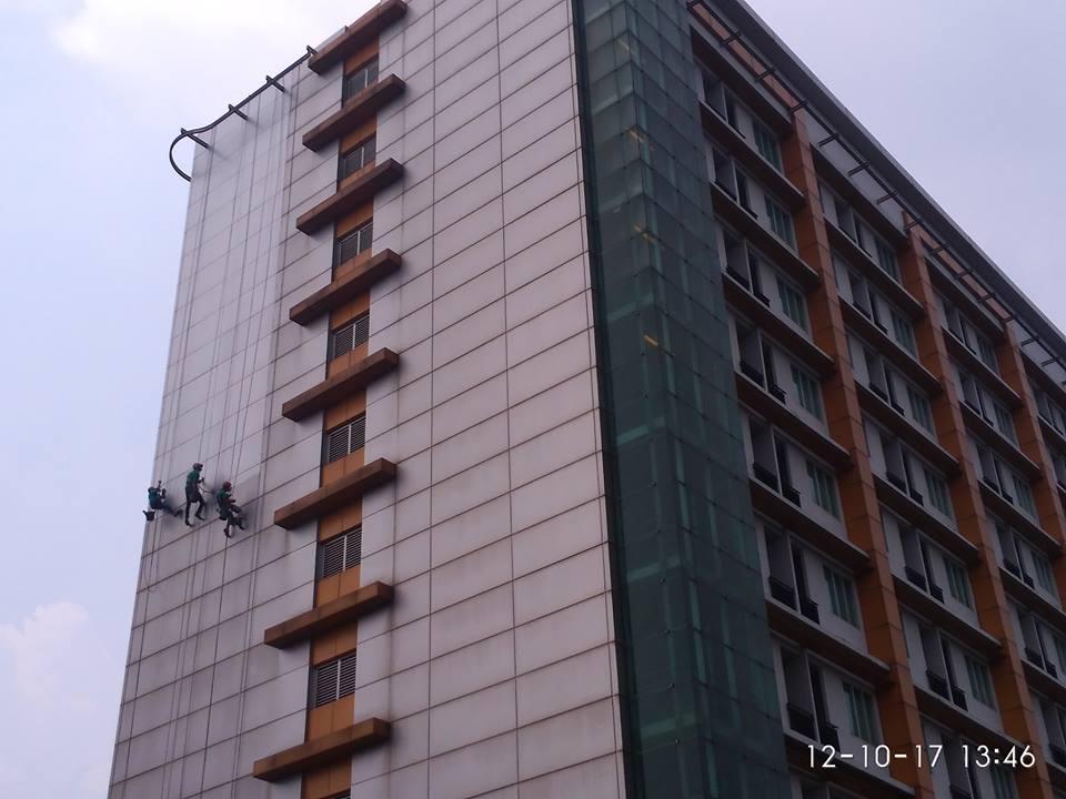 cuci-kaca-gedung-adhyaksa-loka-01-003
