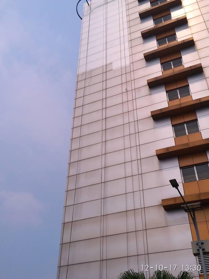 cuci-kaca-gedung-adhyaksa-loka-01-012