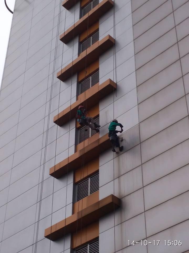 cuci-kaca-gedung-adhyaksa-loka-02-002