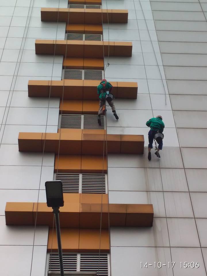 Cuci Kaca Gedung Adhyaksa Loka Hari Kedua | Jasa Cuci Gedung