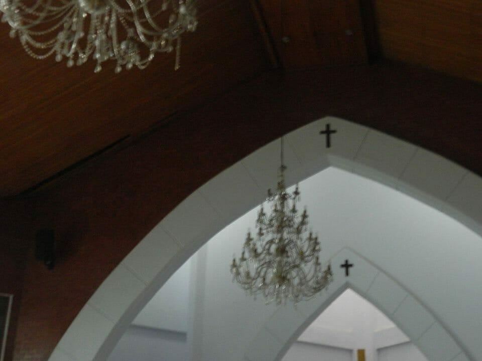 cuci-lampu-kristal-gereja-hkbp-03