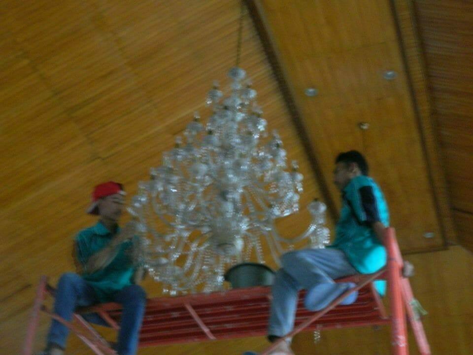 cuci-lampu-kristal-gereja-hkbp-04