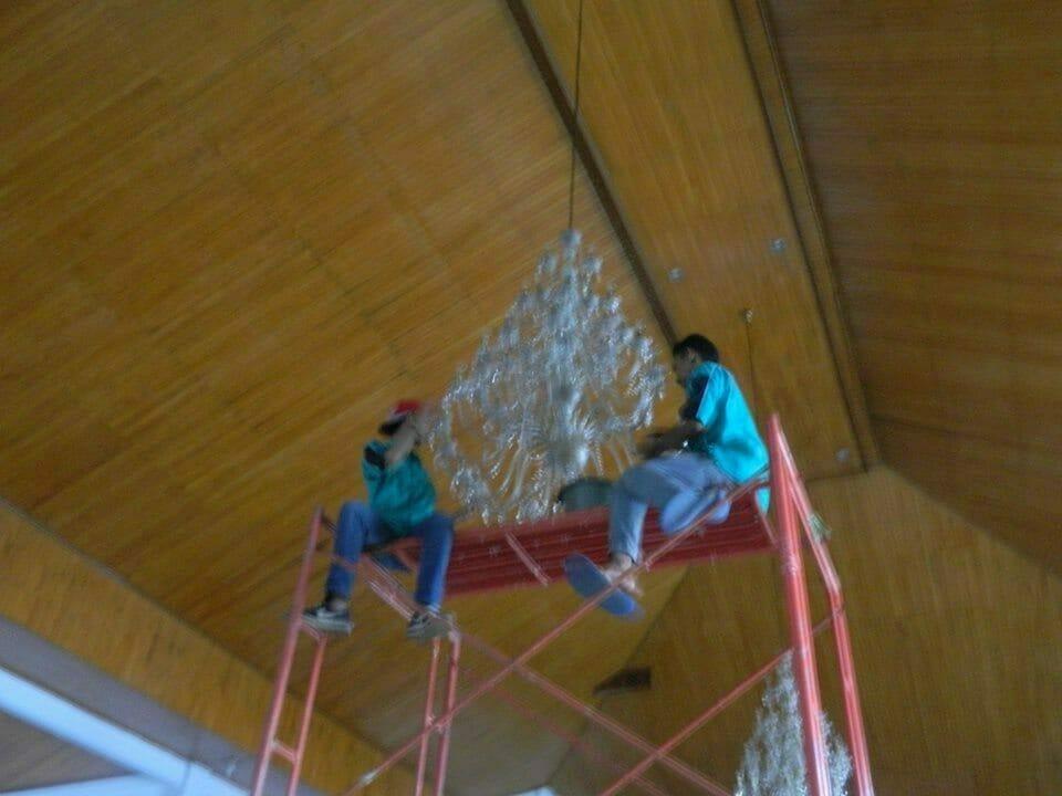 cuci-lampu-kristal-gereja-hkbp-05