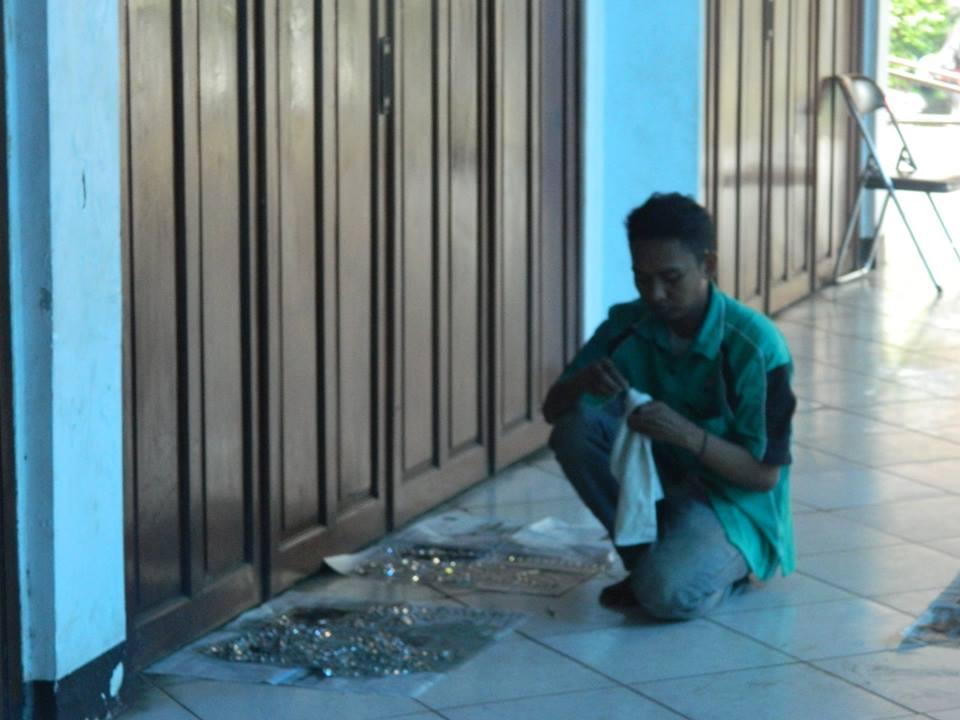 cuci-lampu-kristal-gereja-hkbp-06