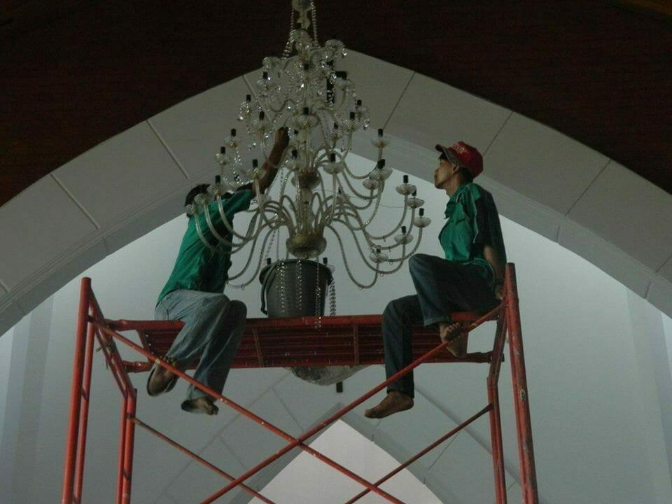 cuci-lampu-kristal-gereja-hkbp-08