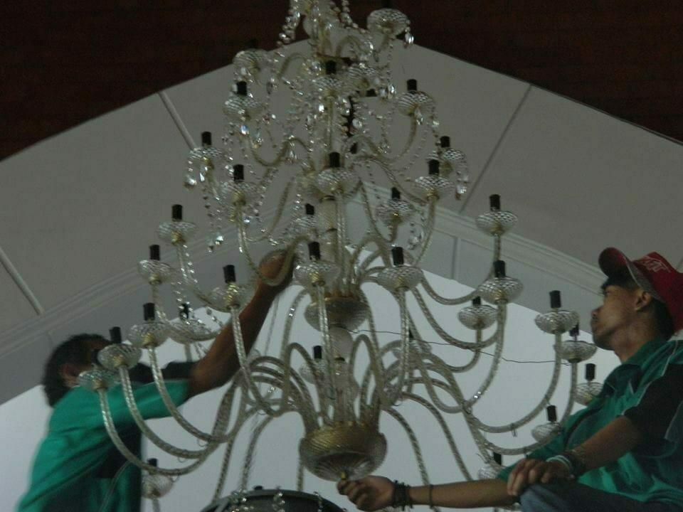 cuci-lampu-kristal-gereja-hkbp-09