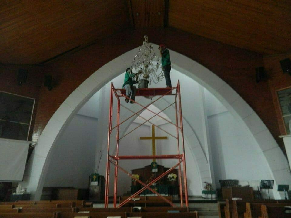 cuci-lampu-kristal-gereja-hkbp-10