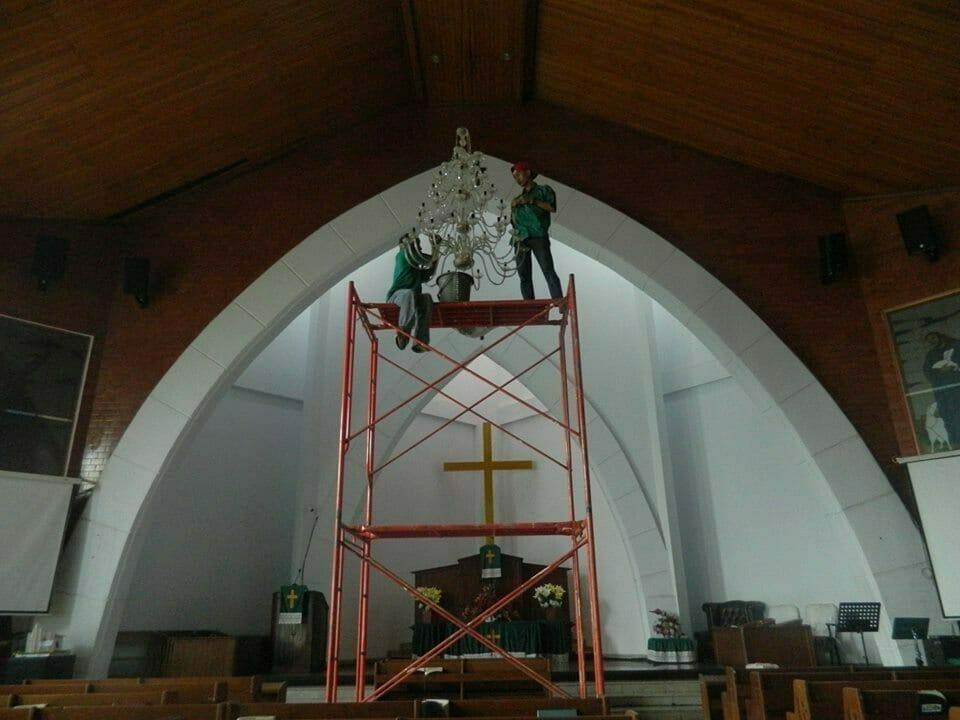 cuci-lampu-kristal-gereja-hkbp-11