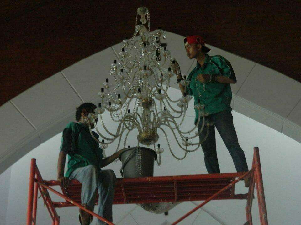 cuci-lampu-kristal-gereja-hkbp-12