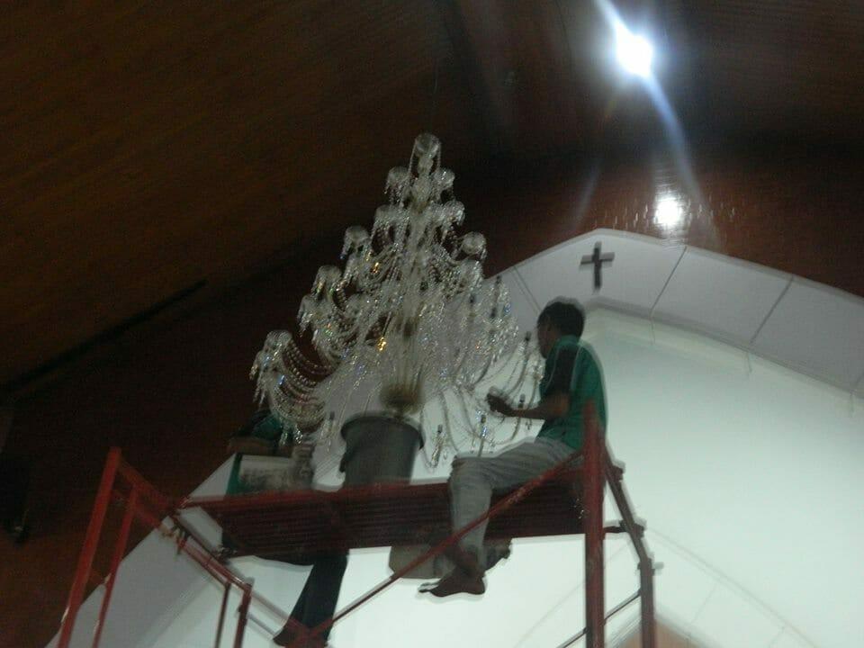 cuci-lampu-kristal-gereja-hkbp-13