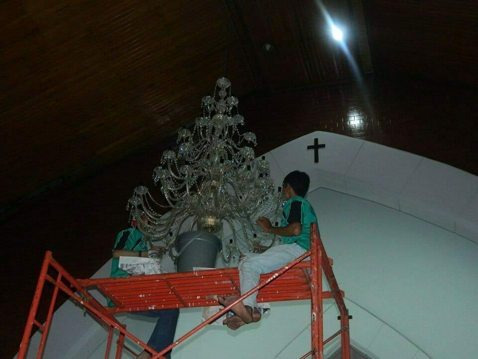 cuci-lampu-kristal-gereja-hkbp-14