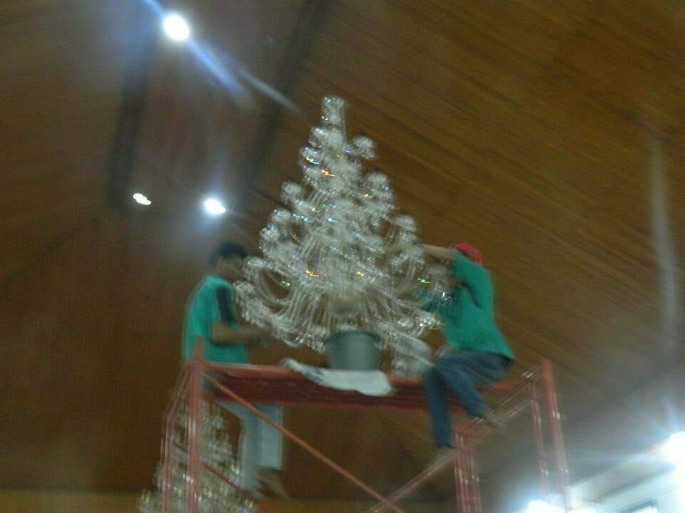 cuci-lampu-kristal-gereja-hkbp-15