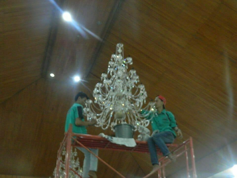 cuci-lampu-kristal-gereja-hkbp-16
