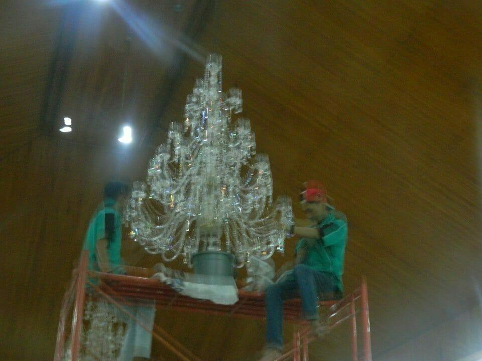 cuci-lampu-kristal-gereja-hkbp-17