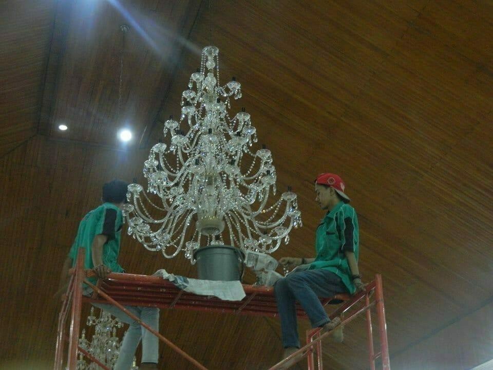 cuci-lampu-kristal-gereja-hkbp-18