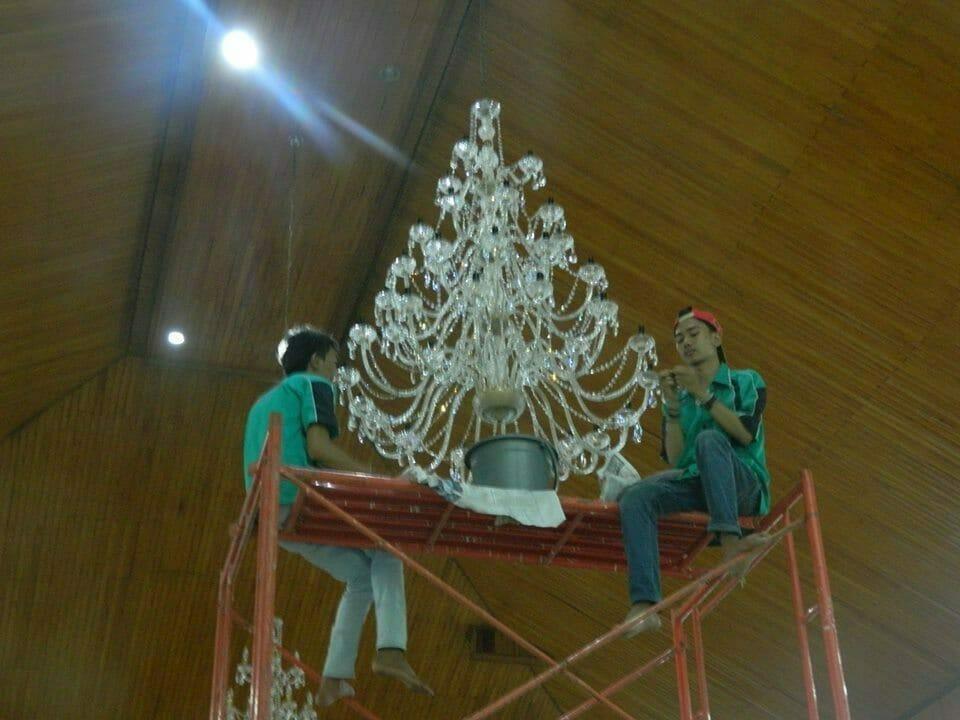 cuci-lampu-kristal-gereja-hkbp-19