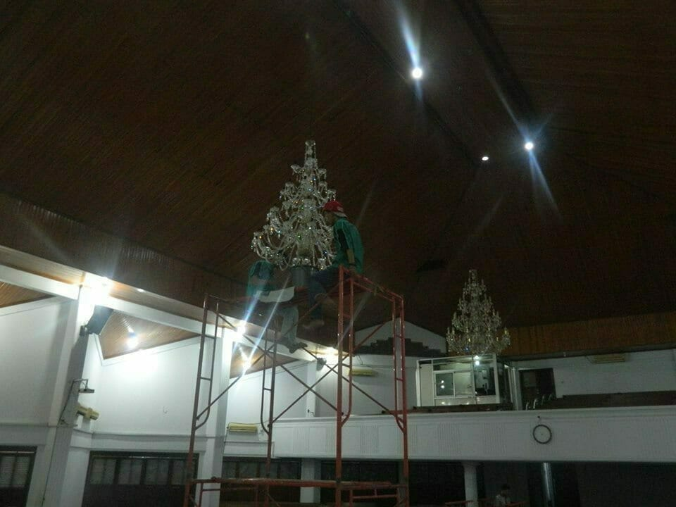 cuci-lampu-kristal-gereja-hkbp-20