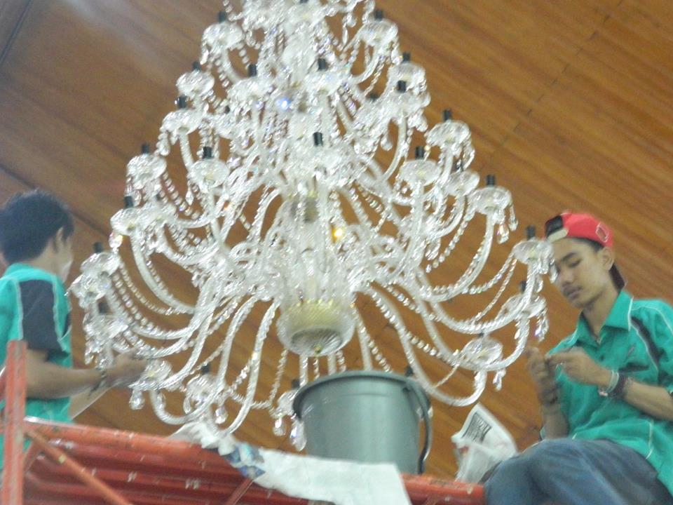 cuci-lampu-kristal-gereja-hkbp-22
