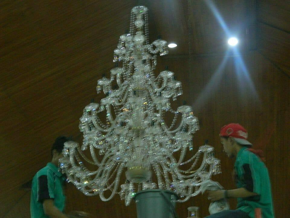 cuci-lampu-kristal-gereja-hkbp-23