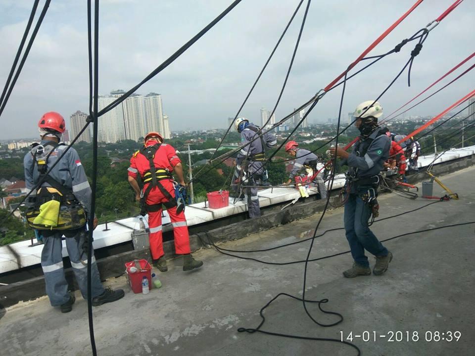 Cuci ACP kaca gedung Telkom Jakarta Selatan hari kedua
