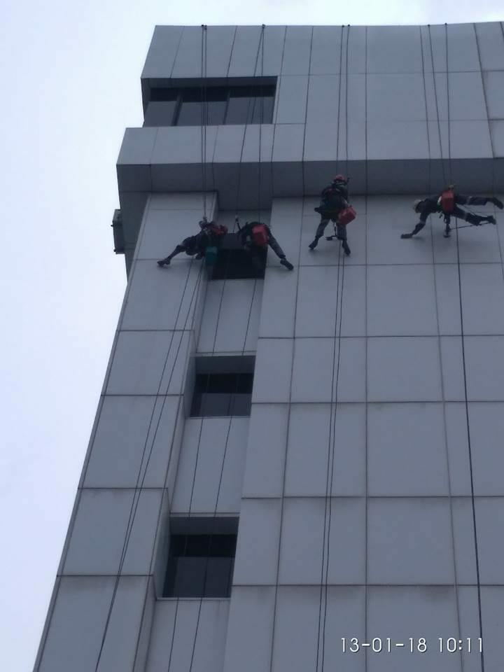 cuci-kaca-gedung-acp-gedung-telkom-jakarta-selatan-03