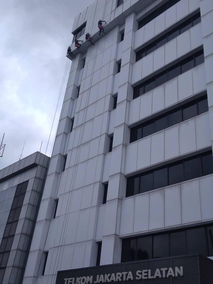 cuci-kaca-gedung-acp-gedung-telkom-jakarta-selatan-07