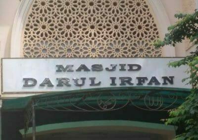 cuci-lampu-kristal-masjid-darul-irfan-01