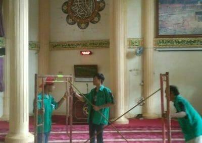 cuci-lampu-kristal-masjid-darul-irfan-02