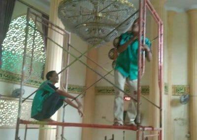 cuci-lampu-kristal-masjid-darul-irfan-03