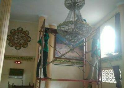 cuci-lampu-kristal-masjid-darul-irfan-04