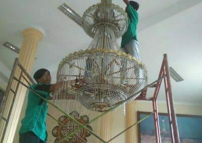 cuci-lampu-kristal-masjid-darul-irfan-05